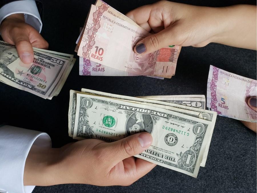 Dólar dispara e opera em alta, negociado perto de R$ 5,50