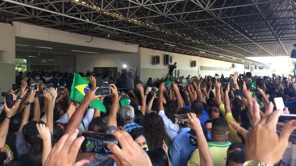 Bolsonaro é recebido com festa por multidão no aeroporto de Sergipe