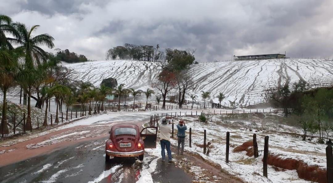 Paisagem de cidades de MG muda após temporal com granizo