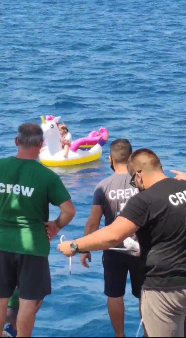 VÍDEO: Após se perder dos pais, menina de 4 anos é resgatada em alto-mar na Grécia