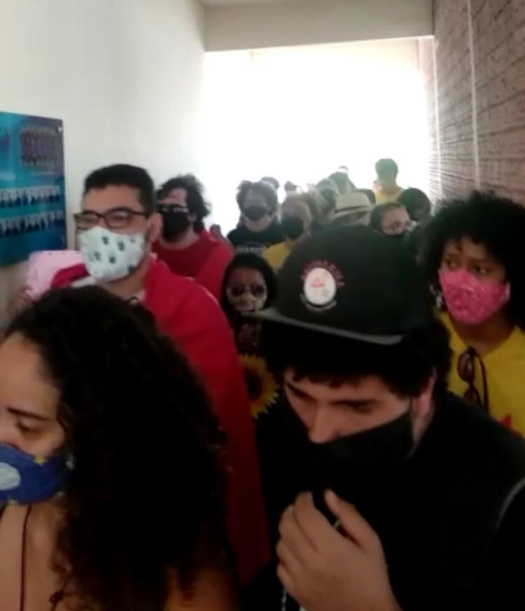 VÍDEO: ESTUDANTES INVADEM UFERSA COM BANDEIRA DE MOVIMENTOS PARTIDÁRIOS DE ESQUERDA CONTRA REITORA NOMEADA POR BOLSONARO