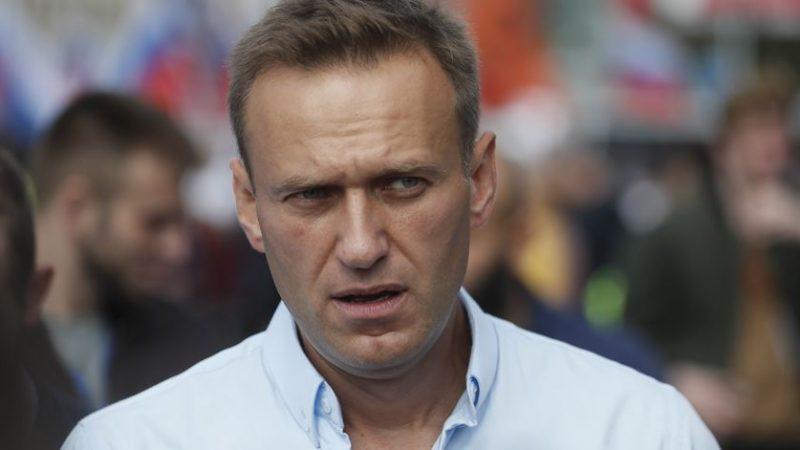 Após resistência, médicos russos autorizam transferência para Alemanha, de opositor de Putin que pode ter sido envenenado após tomar um chá