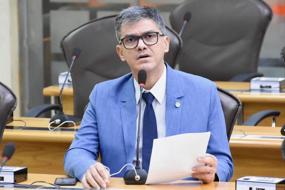 """Deputado critica postura de Fátima Bezerra com PMs: """"Leoa contra os humildes, pede pra sair"""""""