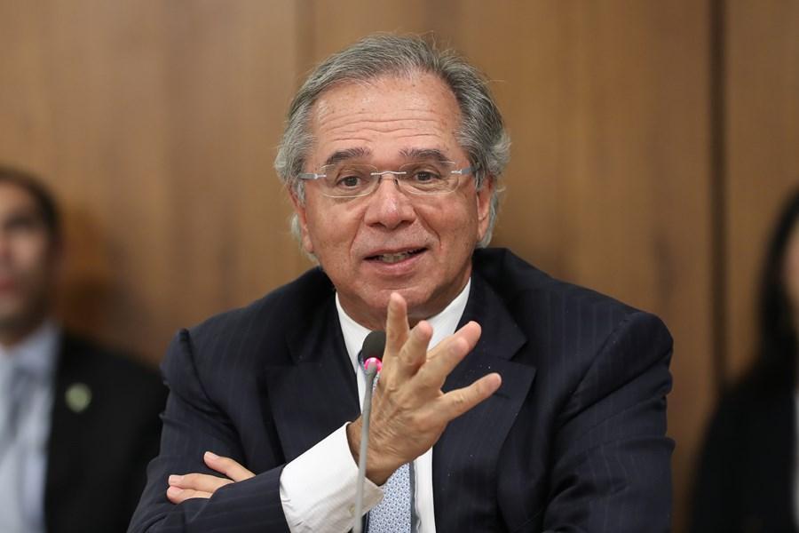 """Paulo Guedes pretende desvincular despesas federais """"carimbadas"""" para injetar R$ 20 bilhões em diversos setores"""