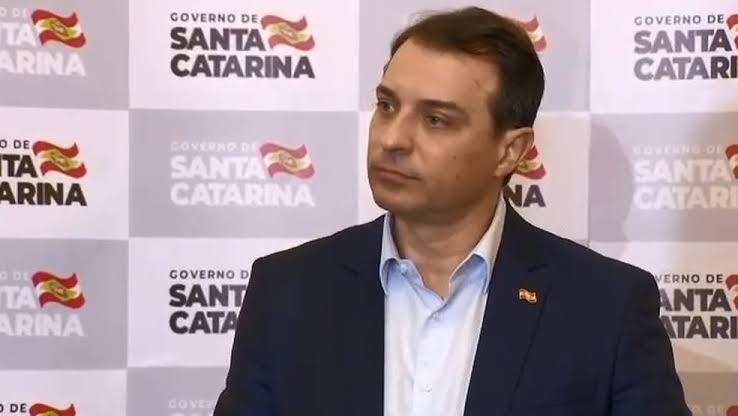 POLÍCIA FEDERAL NA CASA DO GOVERNADOR DE SANTA CATARINA POR FRAUDES EM RECURSOS DA SAÚDE