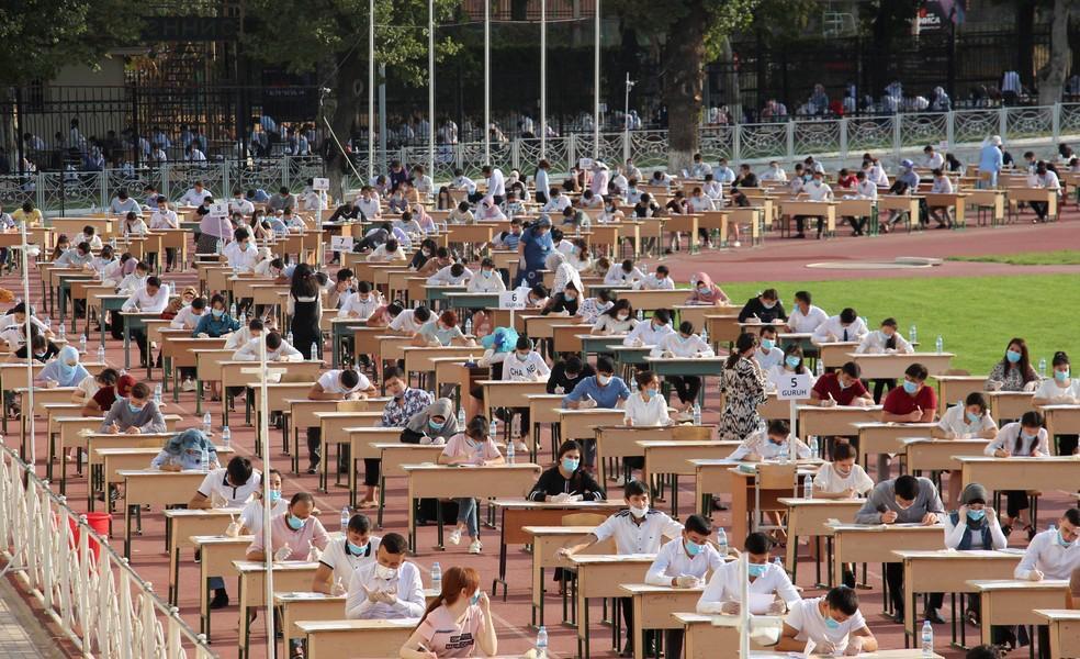Uzbequistão faz vestibular ao ar livre em arenas para mais de 1 milhão de alunos