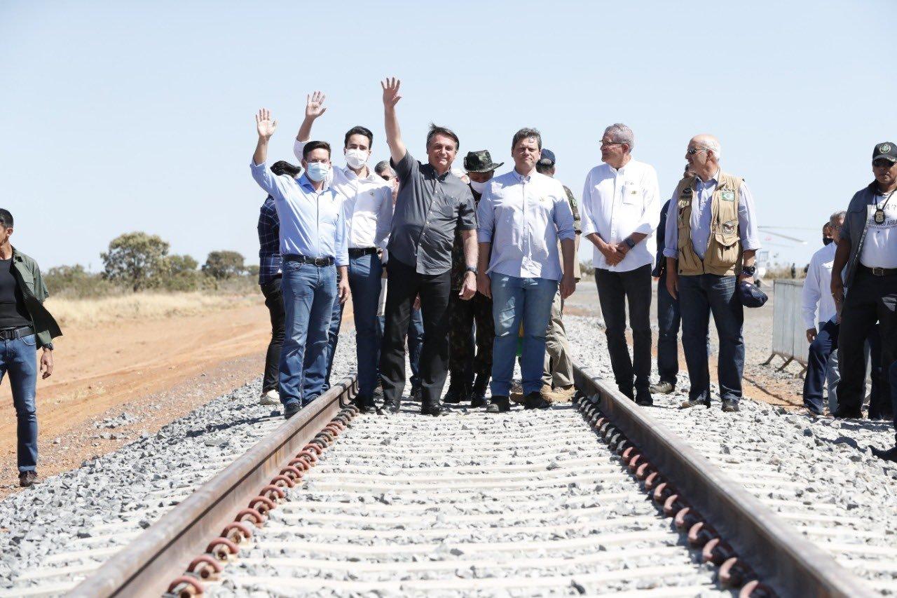 Bolsonaro está colocando o Brasil de volta aos trilhos, diz Tarcísio