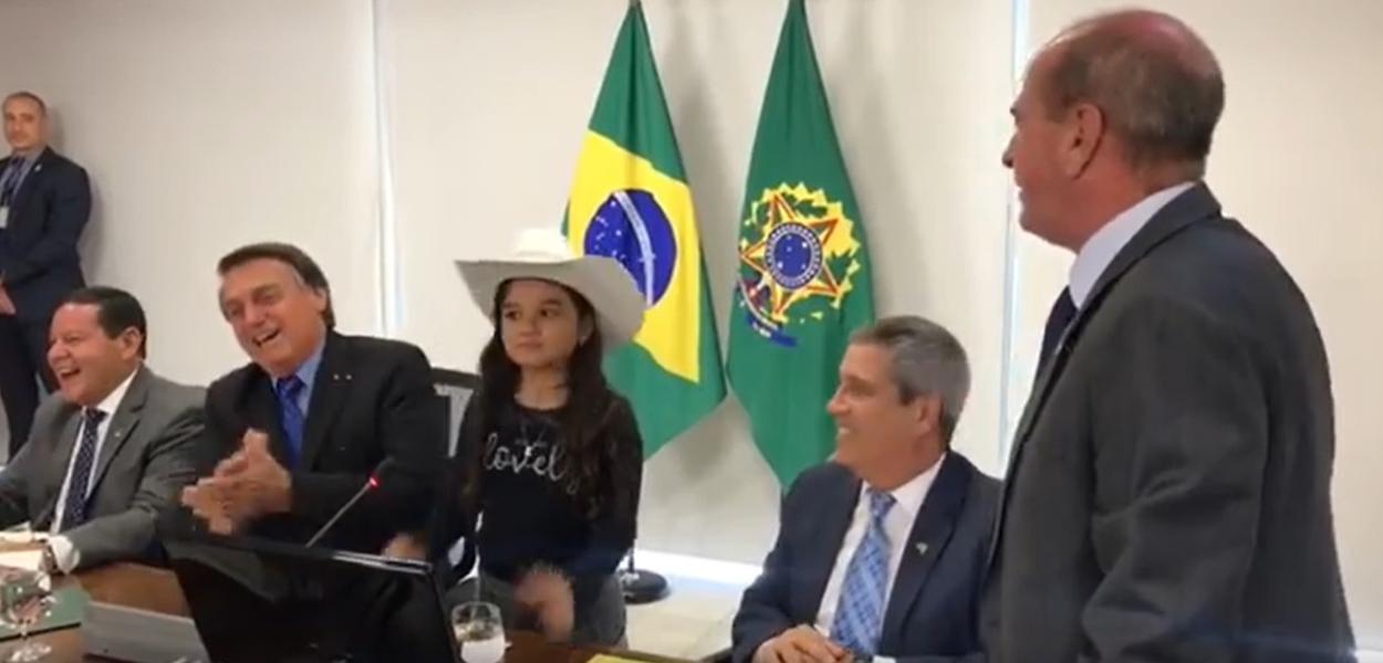 VÍDEO: Youtuber de 10 anos entrevista Bolsonaro e ministros em reunião