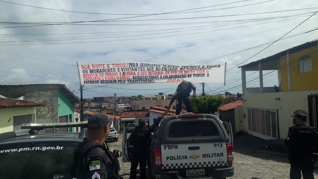 FAIXAS COM REGRAS IMPOSTAS POR FACÇÃO EM COMUNIDADE DE NATAL SÃO RETIRADAS PELA POLÍCIA MILITAR