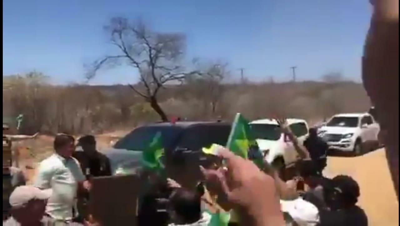 VÍDEO: BOLSONARO PARA NO MEIO DA CAATINGA NORDESTINA E MORADORES FICAM IMPRESSIONADOS