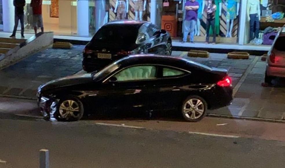 Blogueira embriagada atropela policiais, foge e é detida com CNH suspensa e cocaína no carro