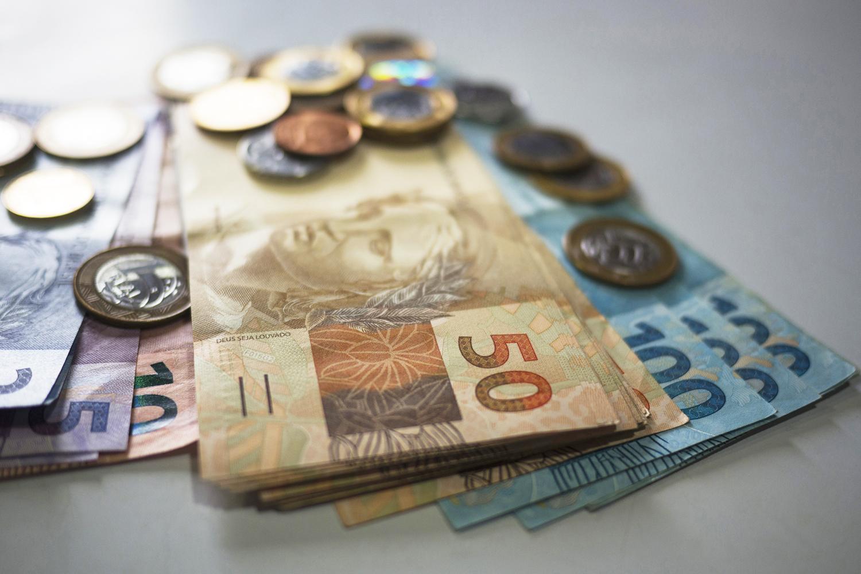Famílias brasileiras estão com menos dívidas e comprando mais em setembro