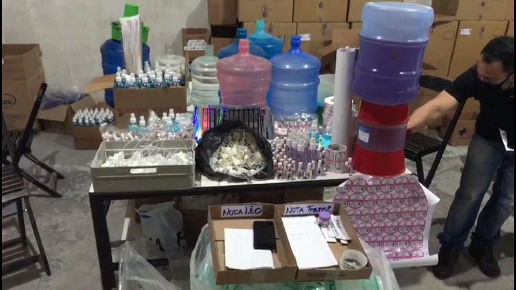Polícia fecha fábrica clandestina de cosméticos no Rio; dono usava tinta de impressora em esmaltes