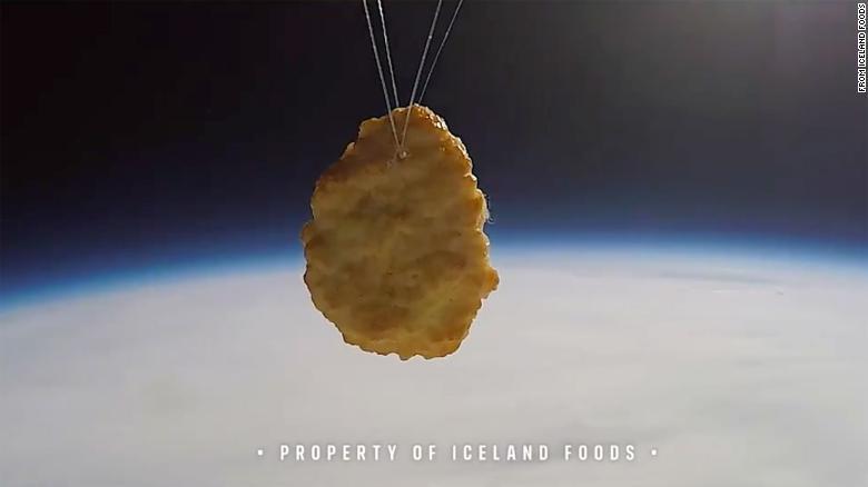 Inédito: Supermercado britânico envia nugget de frango ao espaço; VEJA VÍDEO