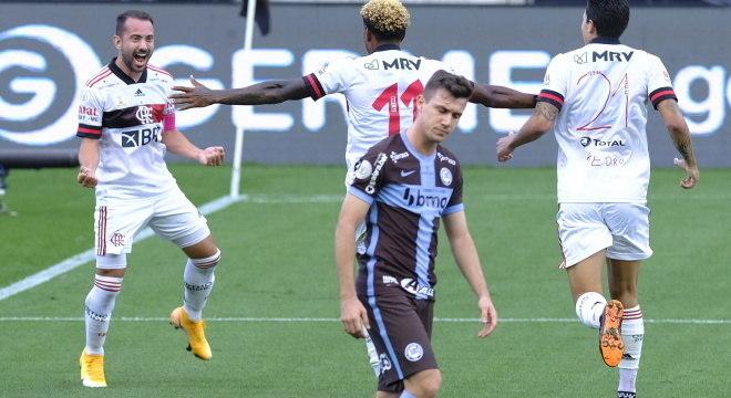 Flamengo goleia o Corinthians por 5 a 1 e assume liderança do Brasileiro