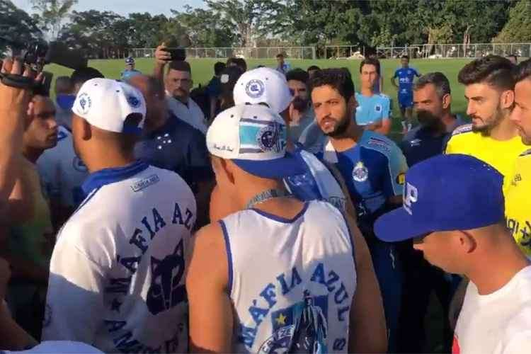 Organizada invade CT do Cruzeiro para pressionar jogadores e PM é acionada