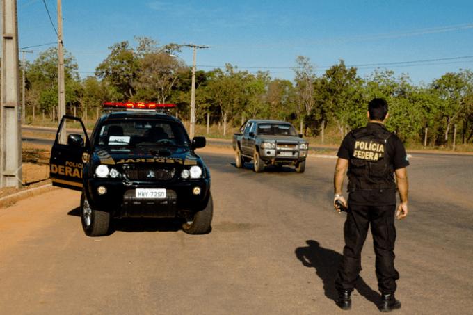 POLÍCIA FEDERAL NA CASA DO VICE-GOVERNADOR DO AMAZONAS E AINDA CUMPRE MANDADOS DE PRISÃO, BUSCA E APREENSÃO NO ESTADO POR FRAUDES EM RECURSOS DA PANDEMIA