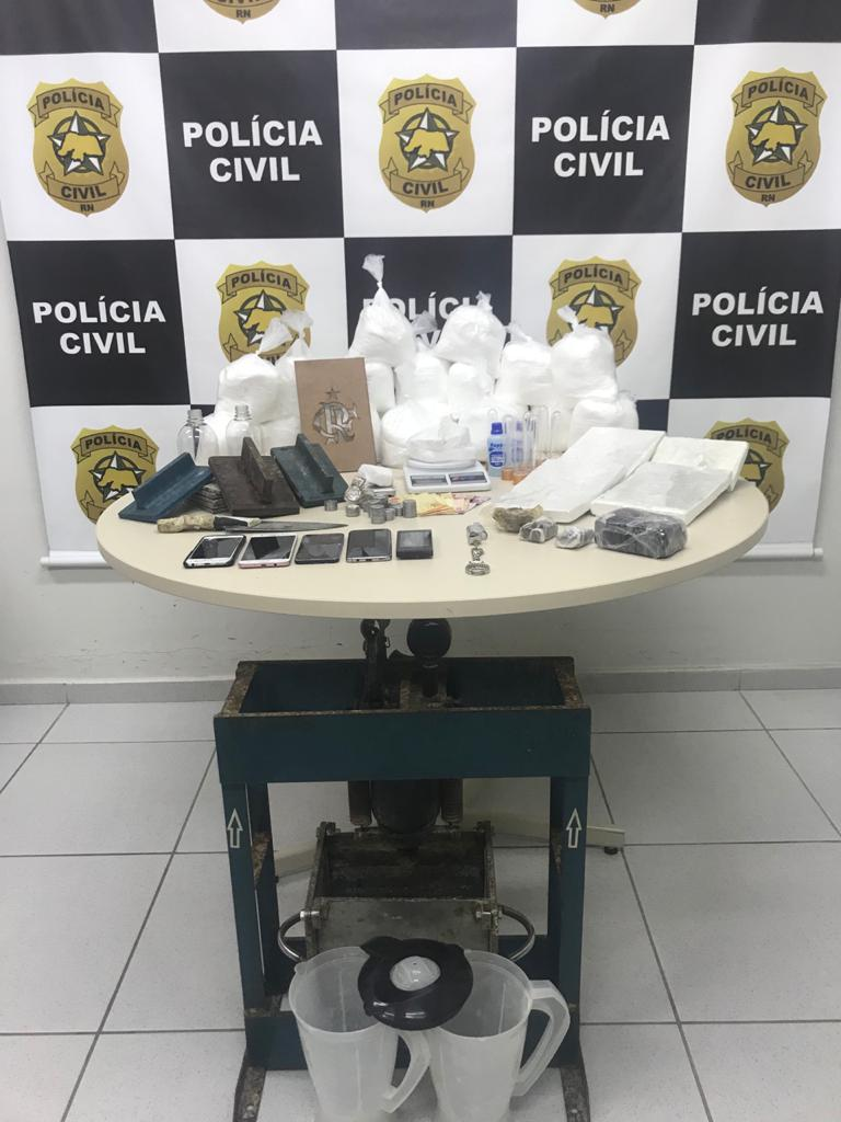 DENARC prende suspeito e fecha laboratório de refino de cocaína em Natal RN