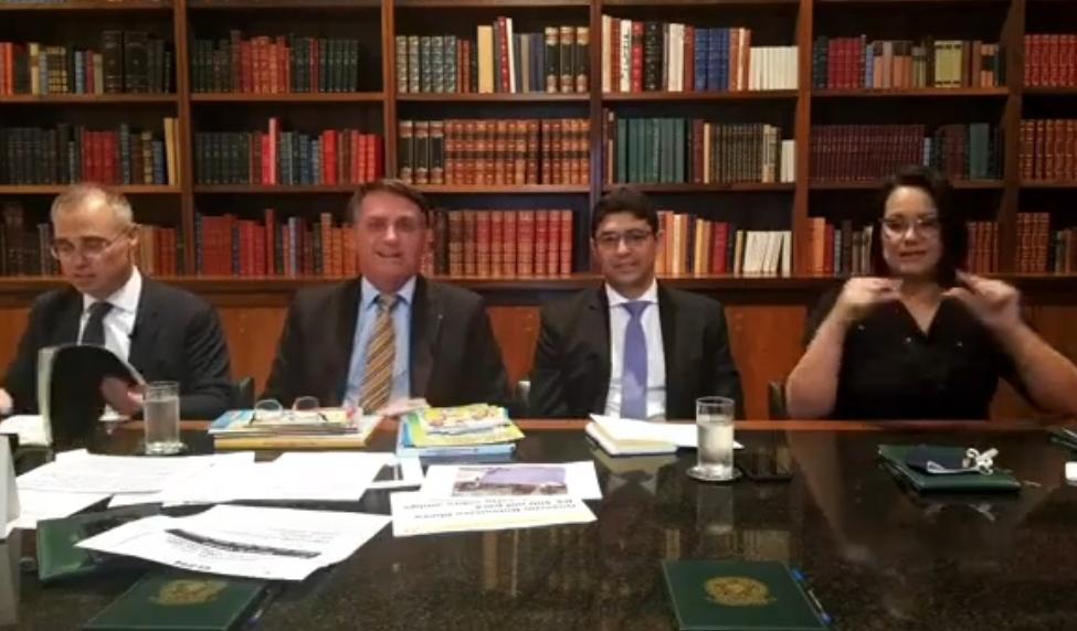 Bolsonaro: Senador com dinheiro na cueca não tem nada a ver com o governo; veja