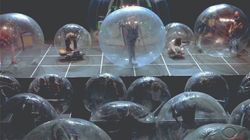 Adaptação: Show tem banda e público dentro de bolhas de plástico
