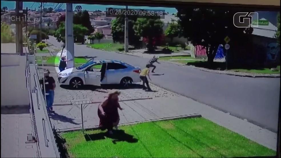 Homem reage a assalto para proteger família e mata um dos bandidos em Curitiba; VEJA VÍDEO