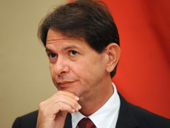 Cid Gomes freta avião para viajar de Fortaleza a Salvador e pede reembolso de R$ 54 mil ao Senado