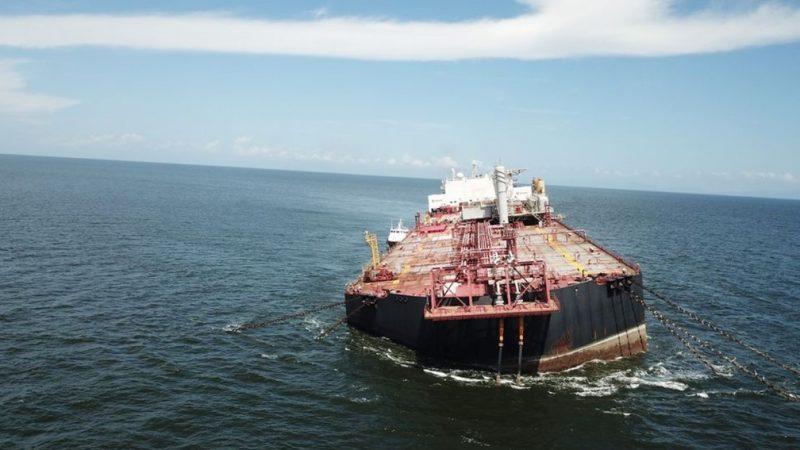 Navio com mais de 1 milhão de barris de petróleo corre risco de afundar na Venezuela