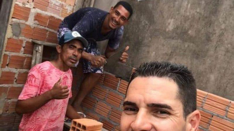 Ex-pedreiro, atacante de time do Maranhão aproveita folga para construir casa de funcionário do clube