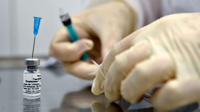 Rússia libera primeiro lote da vacina Sputnik V para vacinação em hospital