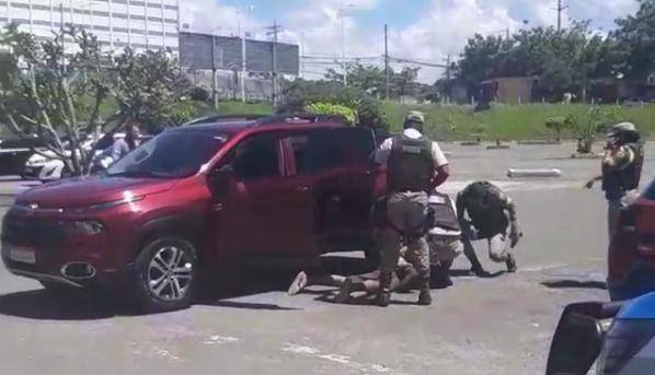 VÍDEO: POLÍCIA MILITAR EVITA ASSALTO E PRENDE BANDIDO EM SALVADOR