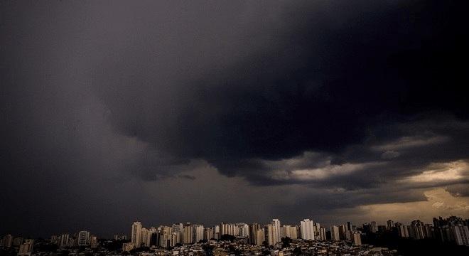 Chuva deixa regiões de SP em estado de alerta; raio atinge linha da CPTM