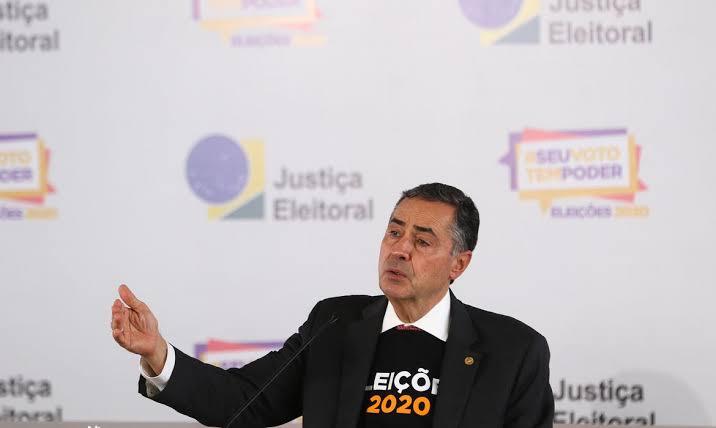 Barroso distorce fala de Bolsonaro e desinforma sobre urnas eletrônicas