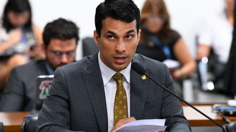 Parlamentares esperam filmagem para decidir futuro de senador acusado de estupro