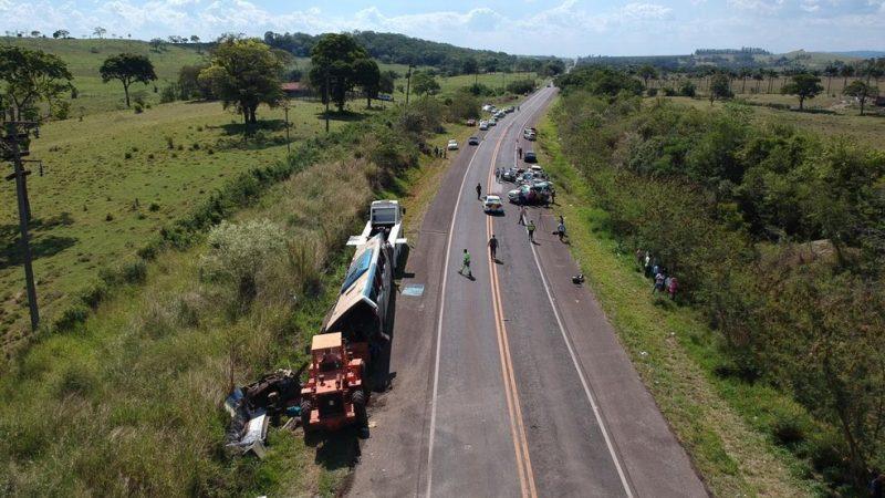 Polícia apura se causa de acidente entre ônibus e caminhão foi falha nos freios ou ultrapassagem