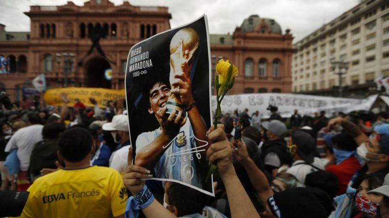 Argentinos se despedem de Diego Maradona em velório na Casa Rosada
