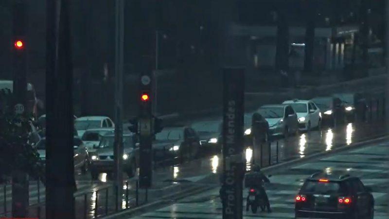 """Chuva intensa em São Paulo transforma dia em  """"noite"""""""