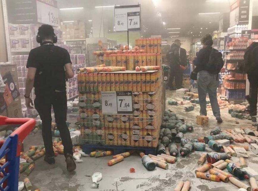 VÂNDALOS DESTROEM LOJA DO CARREFOUR EM SÃO PAULO