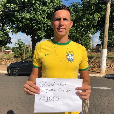 Jogador que disputou Mundial vende cheirinho para carro na rua