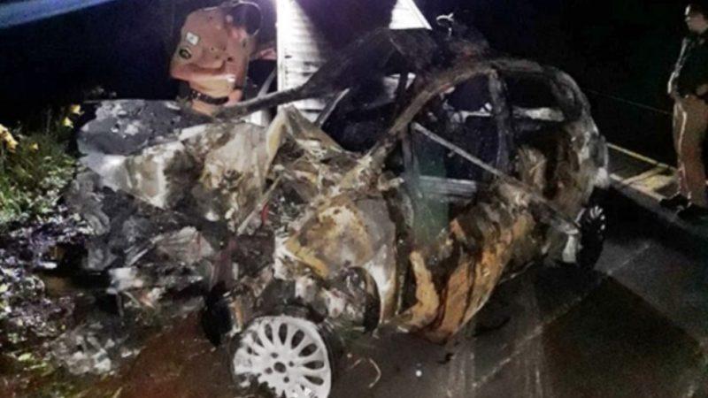 Homem que matou namorada bate carro durante fuga e morre carbonizado
