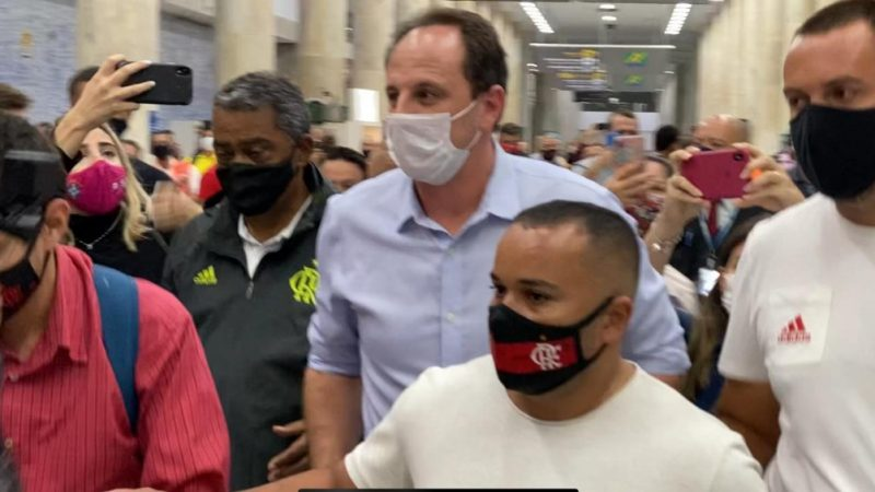 Técnico Rogério Ceni chega ao Rio para assinar com o Flamengo