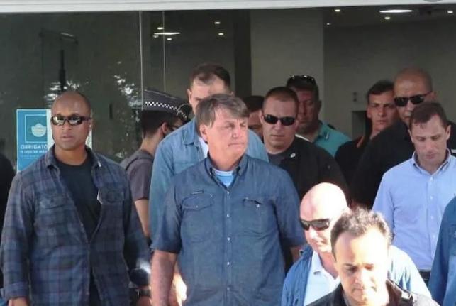 Bolsonaro vai a velório de PM que salvou crianças de afogamento