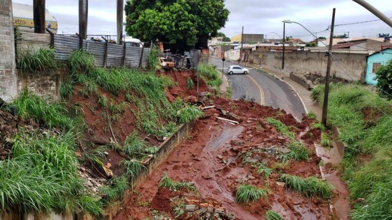 Barranco desliza e toma conta de avenida em cidade de MG