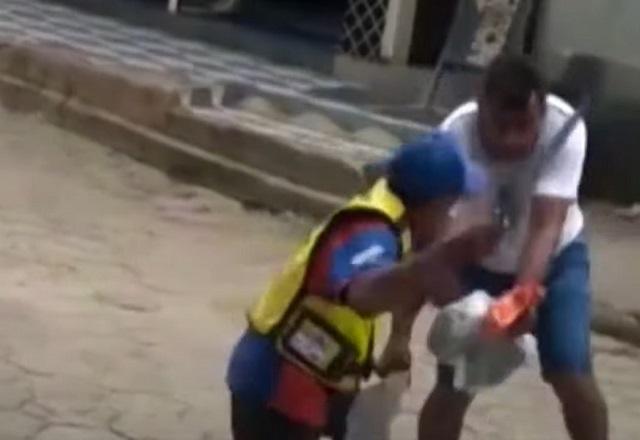 Homens brigam com pá e facão na rua