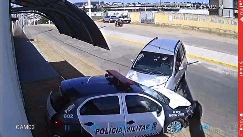 VÍDEO: VIATURA DA PM COM POLICIAIS DENTRO É ATINGIDA EM CHEIO POR CARRO DESGOVERNADO