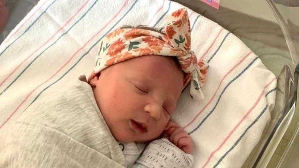 Bebê nasce de embrião congelado há 27 anos e quebra recorde