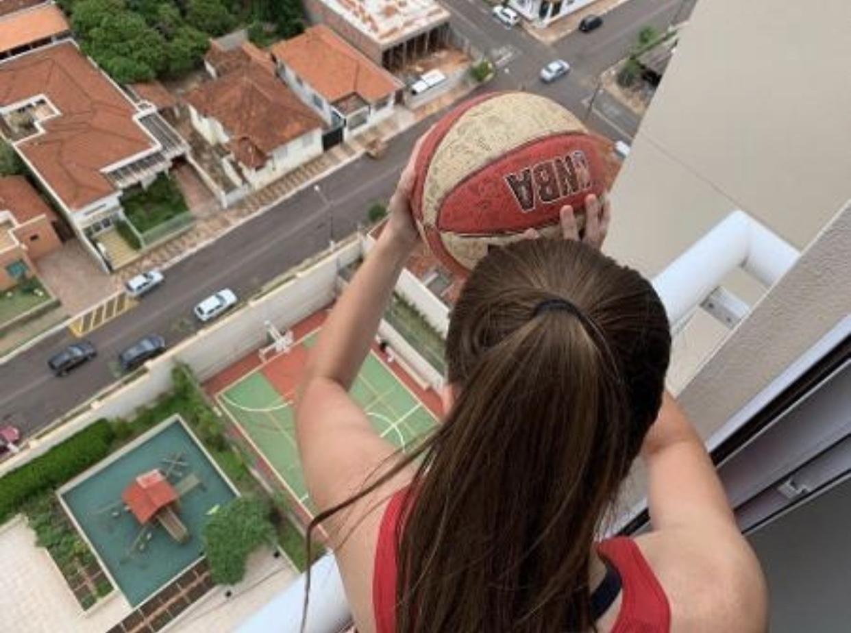 Atleta faz cesta 'impossível' do 17º andar de prédio em Assis (SP); veja