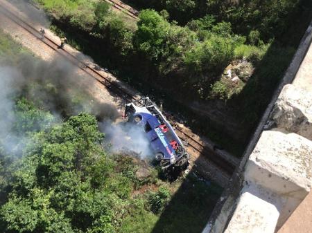Ônibus cai de ponte na BR-381 em MG e deixa pelo menos 11 mortos