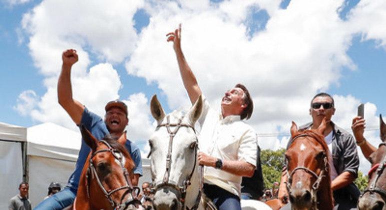 Bolsonaro visita Bahia para entrega de obras, anda a cavalo e é ovacionado pela população