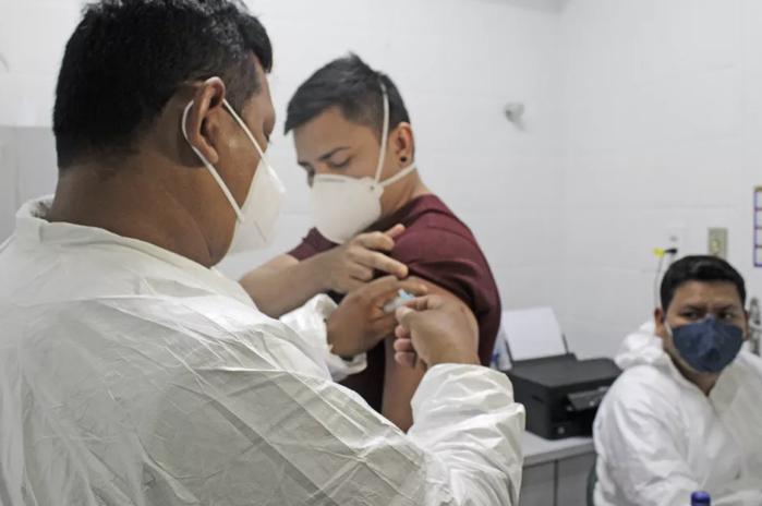Após ordem judicial, prefeitura de Manaus divulga nomes e cargos dos vacinados