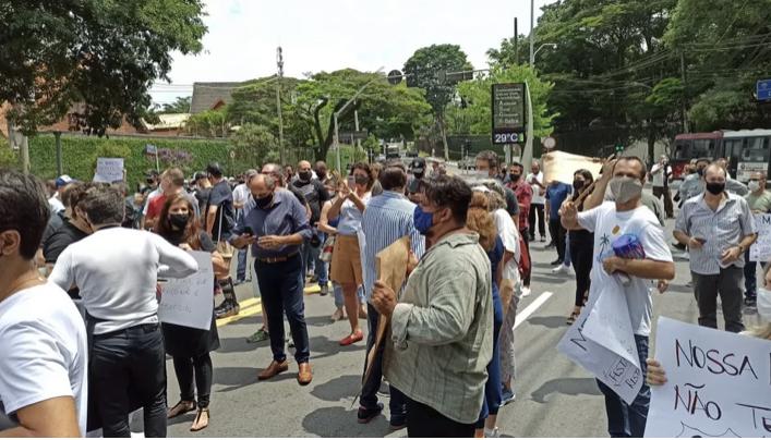 Donos de bares e restaurantes protestam contra fechamento dos estabelecimentos estabelecido pelo governo Doria